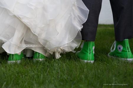 bride-and-goom-rockin-green-converse-at-the-wedding